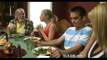 แอบเซ็กกับเพื่อนหนุ่มมาร่วมโต๊ะกินข้าวแต่ดันไปจับจู๋เขาเฉย อมกลางโต๊ะอาหาร
