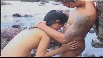 thai movie onlineporn แอบเย็ดบนโขดหินสุดยอดเลยแม่งเอ้ย เย็ดกันตรงนั้นระวังคนเห็นนะ