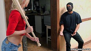 หนังโป๊HDเรื่องไอ้โจรหื่นบุกบ้านสาวสวย เกือบโดนตีหัวแต่ได้ควยใหญ่มาช่วยชีวิตไว้