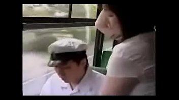 แอบเสียวบนรถเมล์ แม่บ้านสาวหื่นยื่นมือไปถูควยผู้ชายเล่นซะเงี่ยน เอาจนน้ำแตกคามือแล้วดึงเค้ามาเบ็ดต่อ JAV OUTDOOR