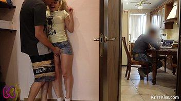 พี่น้องแอบเย็ดกันไม่ให้พ่อรู้ ยืนซอยหีอยู่กลางบ้านครางเสียวดังไม่ได้เดียวชิบหาย หนังโป๊HD
