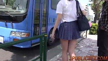 นักเรียนนุ่งสั้นเจอดีบนรถเมล์ JAVdude ถูกบังคับดันหัวอมควยสดๆระหว่างที่มีดุ้นเสียบหี หนังโป๊มาใหม่