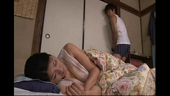 แม่เผลอแล้วเจอกัน! นมใหญ่แบบนี้ลูกชายวัยกำลังโตอดใจไม่ได้ที่จะจับเย็ด หนังโป๊AVญี่ปุ่น