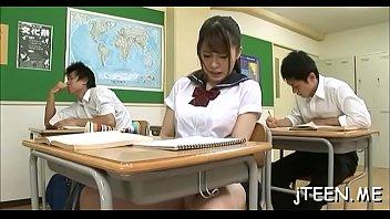 xxxนักเรียนยุ่นเงี่ยนในห้องเรียน โดนข้างหลังจับได้ว่าเกี่ยวเบ็ดจับล้วงจิ๋มล้วงนม
