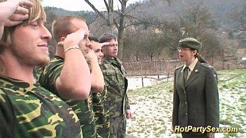 ทหารหญิงฝ่ายบำเรอ ช่วยดูดกระดอแถมเย็ดให้ปล่อยแตกใส่ปาก xxxลงแขก