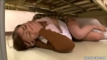 ขืนใจพยาบาลสาว! ลากมาล้วงหีเลียจนเปียกแล้วเย็ดใต้เตียงไม่มีใครเห็นนาจา หนังโป๊AV