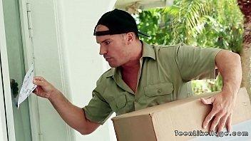 หนังxxx พนักงานไปรษณีย์ดวงดีได้เย็ดหีเจ้าของบ้านร่านๆ ชวนเข้ามานอนถ่างควยขึ้นควยขย่มเย็ดคร่อมเองสดๆ