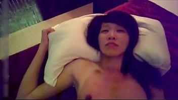 คลิปโป๊เย็ดสดxxx กระแทกหีเด็กวัยรุ่นหุ่นแจ่มแบบเต็มที่ ซอยหีจนตัวเด้งหัวติดเตียงกันเลย