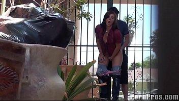 หนังโป๊HD แอบเย็ดหีสาวข้างนอกบ้านไม่กลัวคนเจอ ความเงี่ยนมันบังตาจับยืนเย็ดหีท่าหมากันไป