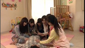 ดูโป๊ japanxxx สาวสวยรุมทึ้งหนุ่มควยใหญ่ จับนอนแผ่อ้าซ่าแย่งกันอมควย แข็งมากละยั่วใจขอยัดร่องนมเย็ดนมสักทีนะจ่ะ