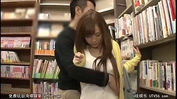 แอบเย็ดในร้านหนังสือ!! หลบหลังชั้นข่มขืนลูกค้าสาวแนว18+ ลูบหีสะกิดแตดจนต้องยอมระทวยโดนควยเย็ดจนน้ำแตกคาที่ หนังAVแจกฟรีมาใหม่