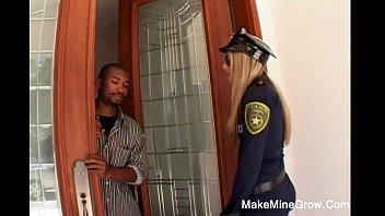 หนังXฝรั่งโดนเย็ด ตำรวจสาวเข้ารังพวกค้ายาเสพติด ควยดำใหญ่ยาวเท่าแขนหลายดอ จับเธอสวิงกิ้งจนน้ำหีแฉะเปียกแบบสด