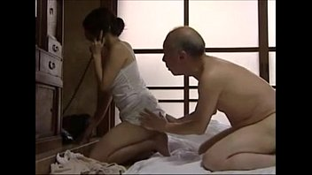 แอบสามีเย็ดกับพ่อตา Japanese Porn หนังโป๊ดังแนวสะใภ้ติดใจควยรุ่นพ่อ ลับๆล่อๆเย็ดสดครางดังตอนสามีไม่อยู่ ครางได้เสียวรูขนานแท้