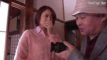 AV Erotic หนังอิโรติกญี่ปุ่น สาวสวยเซ็กซี่ทำตัวหงี่ไม่เลือกผู้ชาย ใช้นิ้วช่วยเบ็ดหีเกี่ยวสะใจมาก ก่อนเย็ดสดกับรุ่นพ่อกะดอเลี่ยมทอง