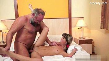 Hot!หนังโป๊พ่อเย็ดลูก จับสาวน้อยกระแทกสุดแรง อัดเข้าออกกระดอถอกเต็มรู บีบนมไปเย็ดไป ซอยรัวเสร็จปล่อยใน