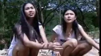 ดูหนังโป๊ไทย นักศึกษาสาวถูกลากไปรุมเย็ด ฉุดไปลงแขกให้หีแหกในป่า หีเล็กโดนควยแทงจนหีใหญ่