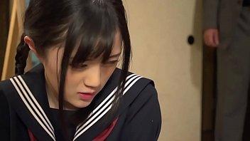 หนังAVญี่ปุ่นออนไลน์ เด็กนักเรียนวัยใสถูกพ่อเลี้ยงเย็ด โดนบังคับขืนใจซอยหีมันส์ ดูอาการร่านหีน่าจะมีอารมณ์ร่วมเพศด้วย