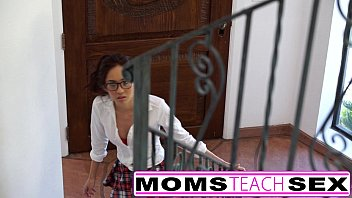 MomsTeachSex หนังโป๊แนวครอบครัว แม่เลี้ยงกับลูกสาวเย็ดสวิงกิ้ง เล่นเสียวกับลูกติดพ่อ ล่อกันชุดใหญ่เย็ดจนน้ำแตกใส่หน้า