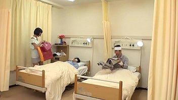 หนังAVญี่ปุ่นน่าดู พยาบาลสาวญี่ปุ่นหุ่นดี ถูกคนไข้หื่นหิวหีจับลวนลาม ล้วงนิ้วไปเขี่ยเม็ดเสียว เบ็ดรัวๆชวนกันเย็ดท่าหมาไปเลย