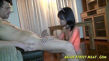 หนังโป๊เสียงไทย Asian Street Meat สาวไทยเล็กพริกขี้หนู ดูดควยฝรั่งไปพร้อมชักว่าว นวดควยให้แข็งแล้วขย่มหีเย็ดน้ำแตก